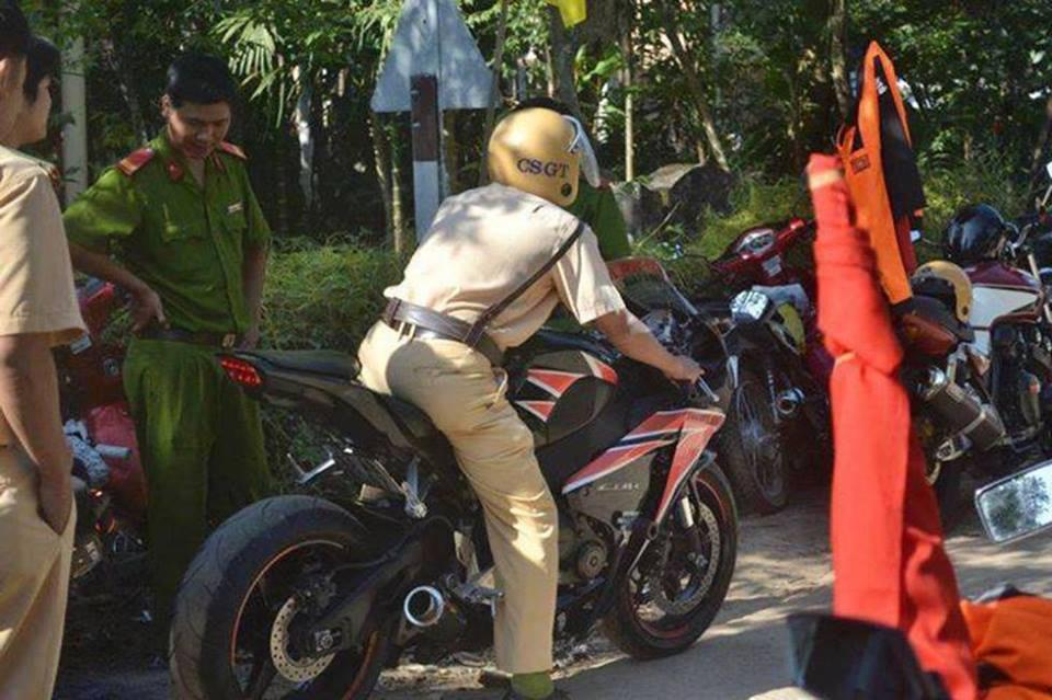 Kết quả hình ảnh cho csgt bắt xe moto