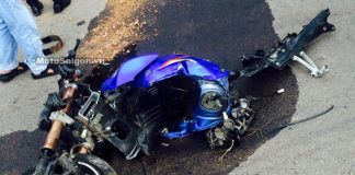 Chiếc moto Suzuki màu xanh gặp tai nạn