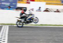 BMW S1000RR bốc đầu đá số trên không tại giải đua xe moto HappyLand MotoSaigon.vn